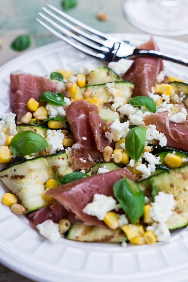 Salat Mit Zucchini : gegrillter zucchini salat mit prosciutto di parma mais und feta flavoured with love ~ Yuntae.com Dekorationen Ideen